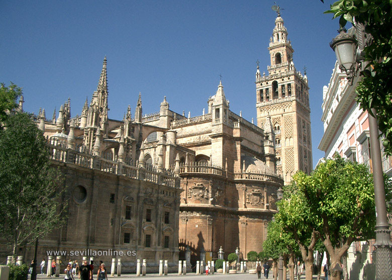 The cathedral and giralda seville city andalusia spain for Piscine sevilla